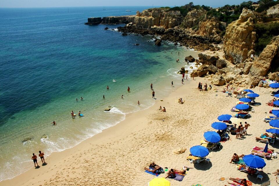 praia-do-castelo-do-algarve-com-bandeira-azul
