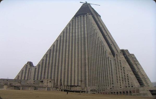 Hotel-Ryugyong-Pyongyang-Coreia-do-Norte-os-10-lugares-abandonados-mais-assustadores-do-mundo