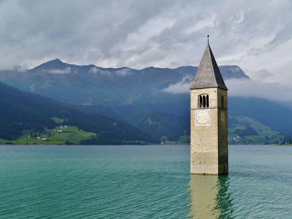Torre-da-Igreja-de-Graun-Lago-Reschen-Itália-os-10-lugares-abandonados-mais-assustadores-do-mundo