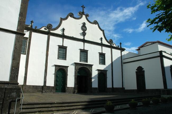 Igreja-do-Senhor-Santo-Cristo-guia-de-viagem-o-que-fazer-com-chuva-nos-açores