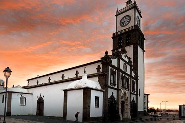 Igreja-Matriz-de-São-Sebastião-guia-de-viagem-o-que-fazer-com-chuva-nos-açores
